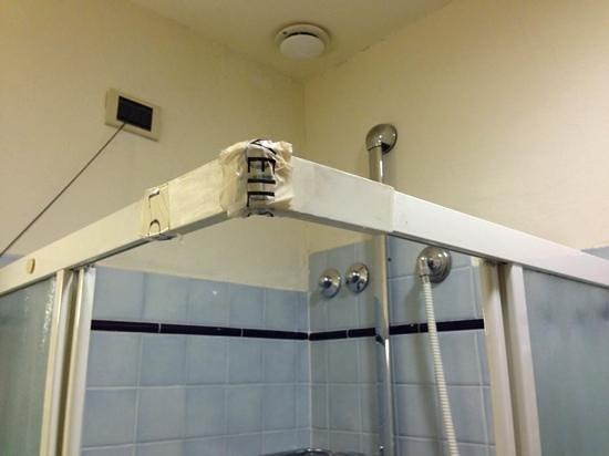 De Lanzi : dettaglio delle originali finiture Vintage della doccia