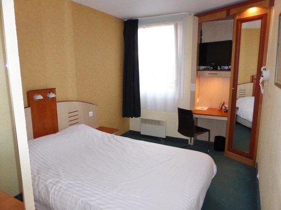 Alliance Hotel Brussels Expo : La chambre ; le lit, la fenêtre, la télé et le bureau