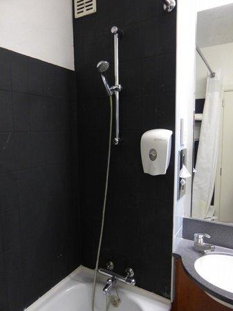 Alliance Hotel Brussels Expo : La salle de bain ; la baignoire avec distributeur de savon