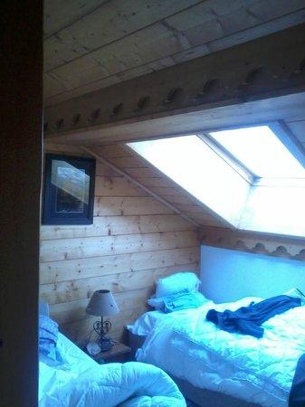 Apartamentos Pierre & Vacances Premium Fermes Méribel: Small double room.  Low beam, mind your head!
