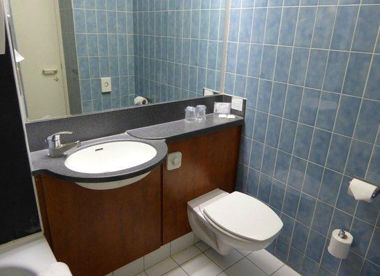 Alliance Hotel Brussels Expo : La salle de bain ; le lavabo et les toilettes