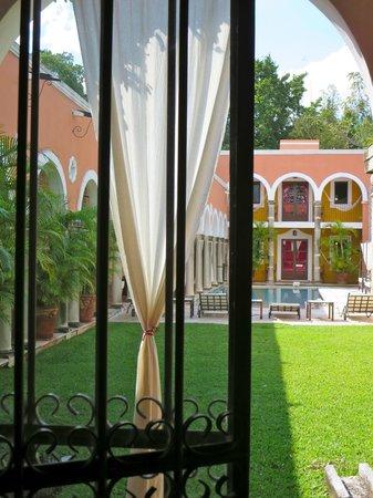 Hotel Hacienda Merida: Garden with pool in the back