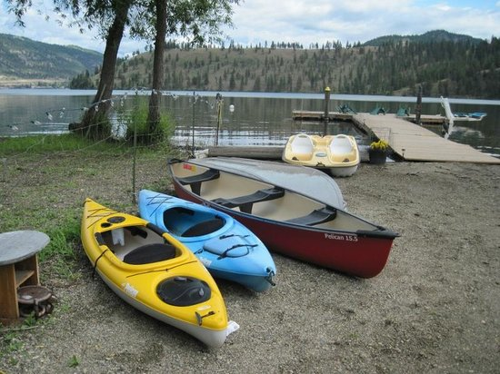 Kal Lake Hideaway Bed & Breakfast Vacation Resort: Kayaks, canoe, paddle boat available to use for free