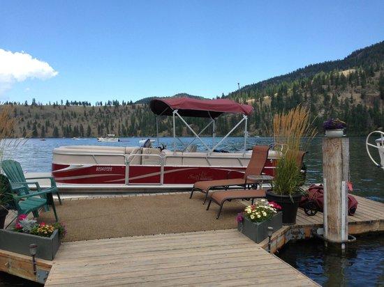 Kal Lake Hideaway Bed & Breakfast Vacation Resort : T-dock and pontoon boat