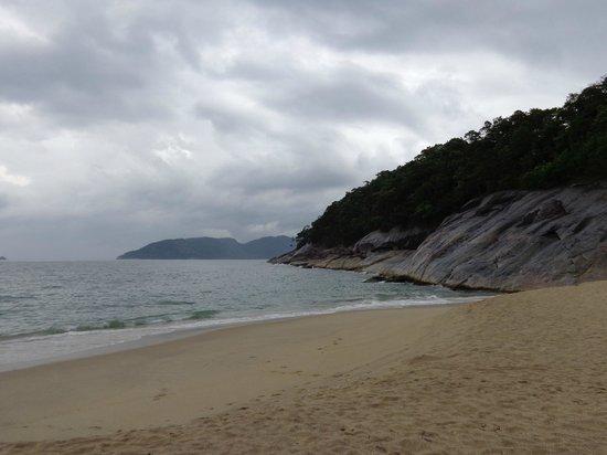 Sununga Beach: las olas rompen en la orilla