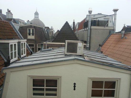Hotel Multatuli: Вид из окна мансарды