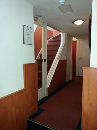 Hotel Multatuli: Лестница на мансардный этаж