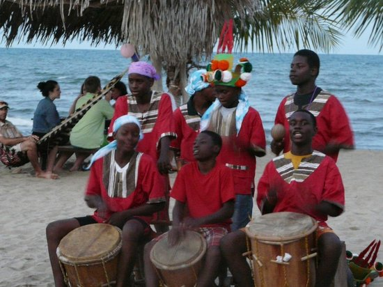 Coconut Row Guest House : Garifuna Band on the beach at the Driftwood Bar and Restaurant