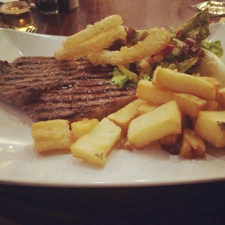 Durker Roods Hotel: Rump Steak, Chips, Salad + Onion rings (was also meant to come with tomato)