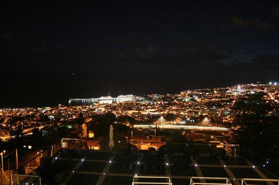 Quinta Mirabela: Vue de nuit sur les paquebots au port.