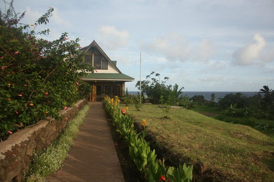 Tupa Hotel: Walkway to hotel