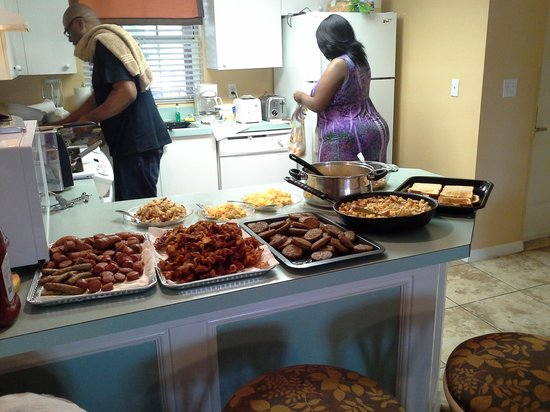Liki Tiki Village: getting ready for breakfast