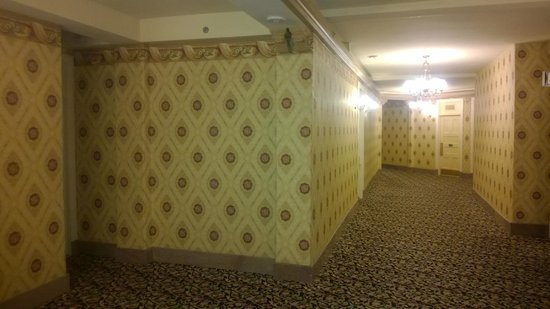 The Brown Palace Hotel and Spa, Autograph Collection: Hotel hallway and an ode to yester years through the wallpaper