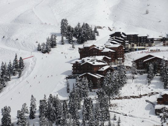 Hotel Les Balcons Village: View on Belle Plagne, hotel and ski slope