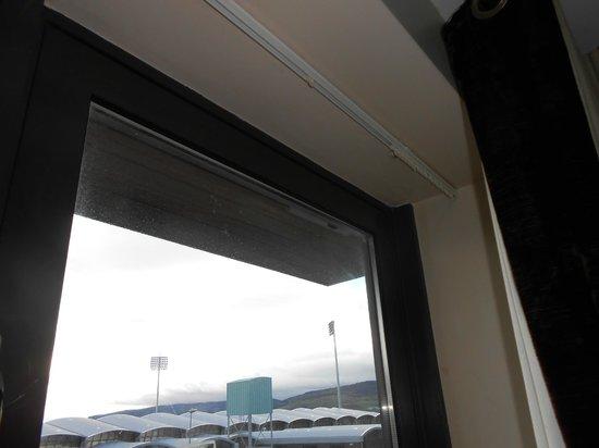 Maldron Hotel Tallaght: Net curtain missing.
