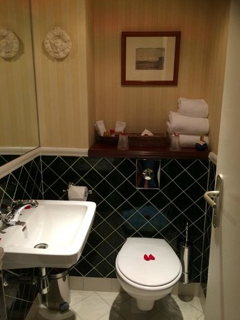 Hotel Britannique: 2nd Bathroom space