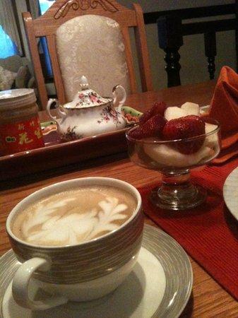 Li-Li Bed & Breakfast: Breakfast with fresh fruits