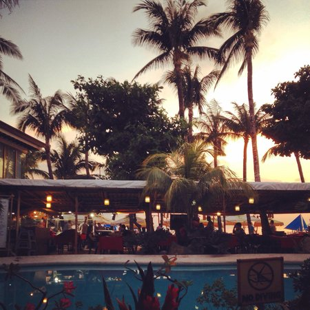 Red Coconut Beach Hotel: in the evening