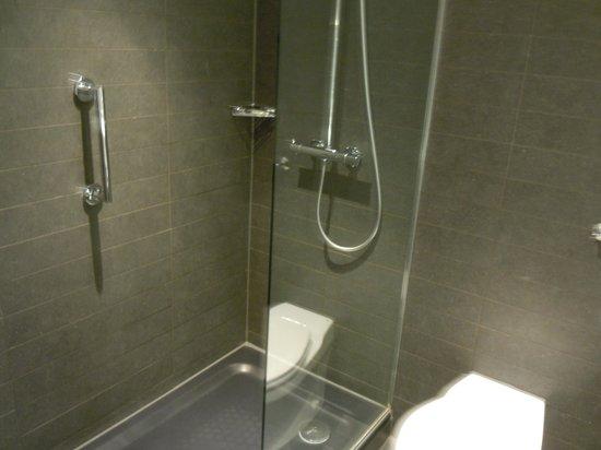 Hilton Leeds City: New shower