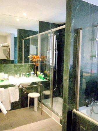 Parador de Soria : Estupendo y completo baño de marmol verde
