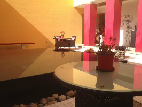 Villa Azalea - Luxury B&B: pool and dinning tables