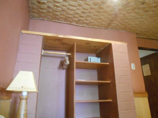 Hotel Tulor: Closet space in room