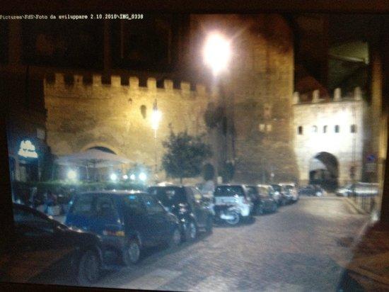 Da Pino alla Piazzetta: Le mura Aureliane del 400, Porta Tiburtina,a fianco al ristorante