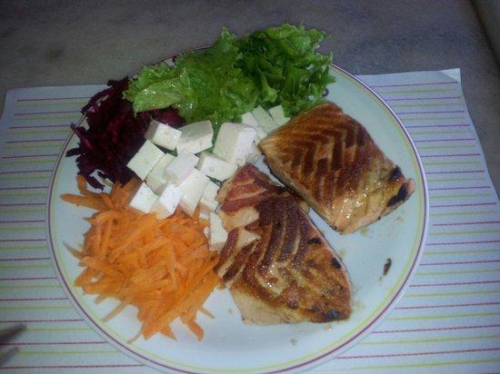 Restaurante Parmegianno: Salmão com salada.