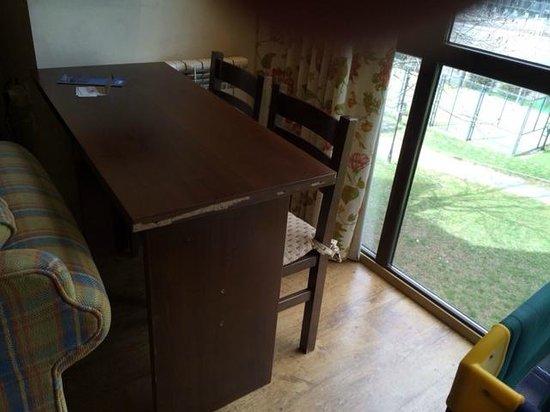 Aparthotel La Vall Blanca : mueble deteriorados