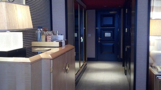Encore At Wynn  Las Vegas: Door to room and closet