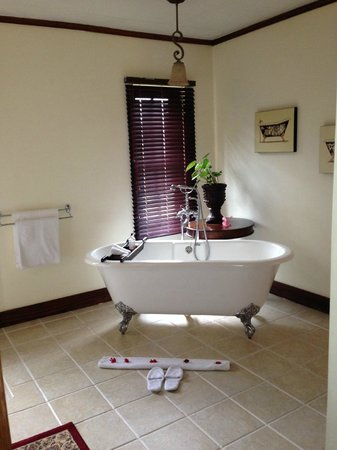 The Manor at Ngorongoro: Tub in bathroom, in addition to shower