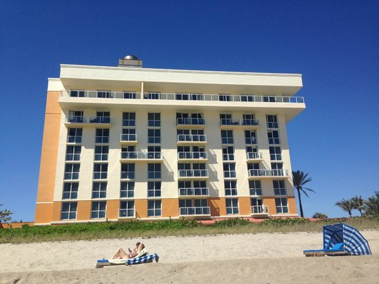 Courtyard Hutchinson Island Oceanside/Jensen Beach: Hotel from the beach