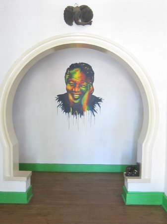 Pumbas Backpackers : A smiling Mandiba welcomes guests to the hostel