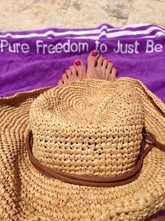 Paradisus Palma Real Golf & Spa Resort: Lots of towels and tons of seating at spring break.  No problem.