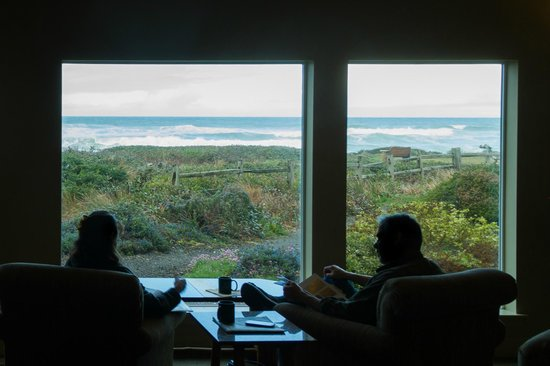 Overleaf Lodge & Spa : Lodge seating with ocean view