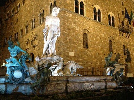 Piazza della Signoria : Neptune at night