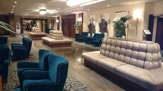 Holiday Inn London - Kensington High Street: Vestibule area leading to restaurant