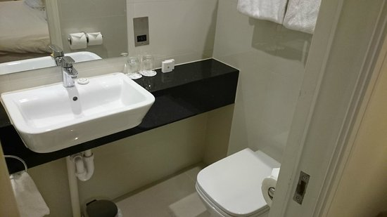 Holiday Inn London - Kensington: more bathroom room 373