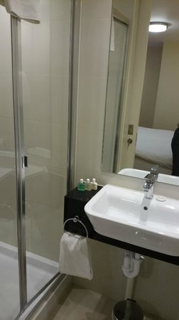 Kensington Close Hotel: Executive Bathroom post upgrade