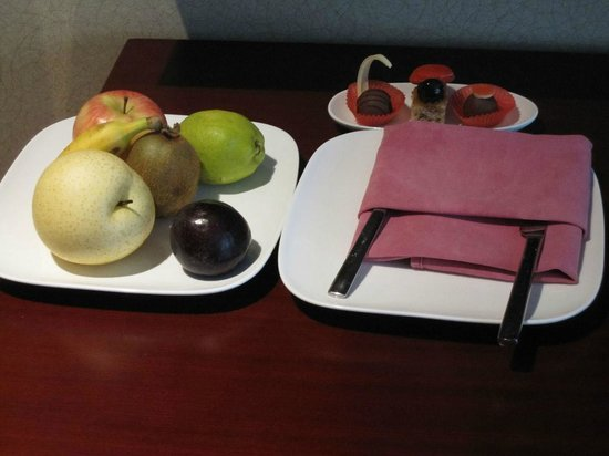 Millennium Hotel Chengdu: Fruit and chocolates awaiting me when i got to the room