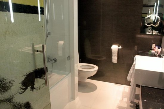 H10 Berlin Ku'damm: The toilet and the shower/bathtub