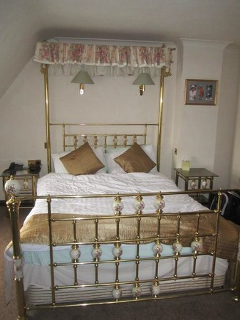 Cumbria Park Hotel: Very ornate bed... very comfy too