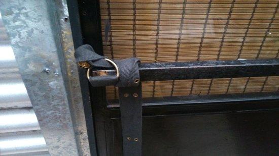 SoHostel : Puerta de la habitación número 10 que a falta de candado la cierran con un cinturón