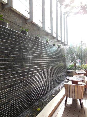 EdenStar Saigon Hotel : mur d'eau dans le hall