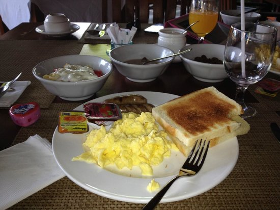 Villa Grasia Resort & Spa: Breakfast a la carte: scrambled eggs with fruit and yogurth and cereal