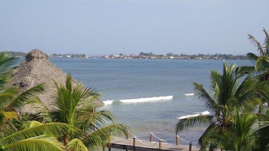 Playa Tortuga Hotel & Beach Resort : El mar y el pueblo desde el balcón de la habitación