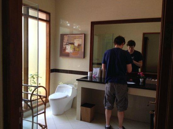Villa Grasia Resort & Spa: Huge, modern, new bathroom at room 201
