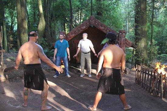 Village maori de Tamaki : Learning the haka dance.