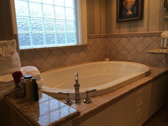 Arrowhead Inn: Garden tub
