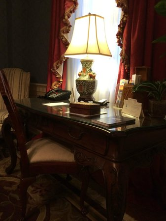 Arrowhead Inn: Writing desk